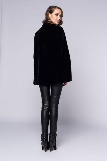 Pantaloni din piele ecologica dublata pe verso cu jerse de bumbac, inchidere cu fermoir in lateral.