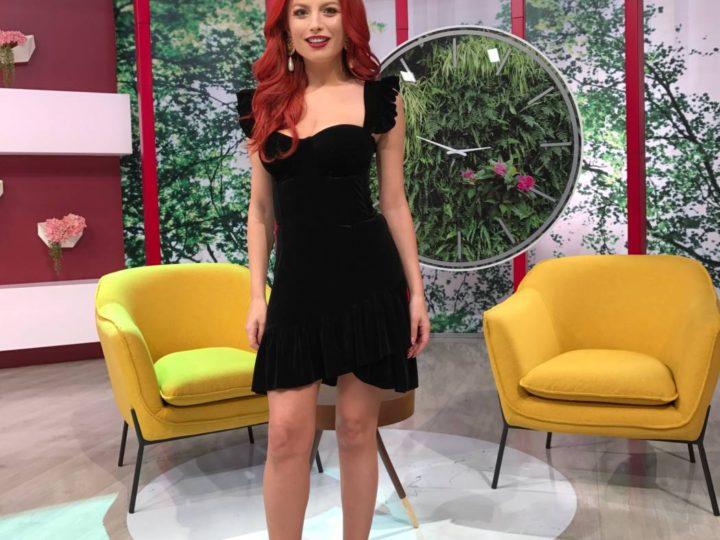 Elena Gheorghe – intr-o rochie de catifea neagra cu corset