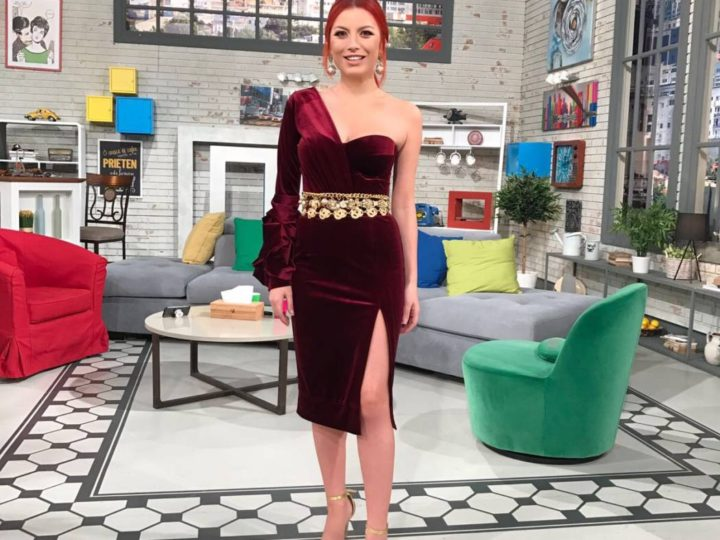 Elena Gheorghe – intr-o rochie de catifea bordo cu corset